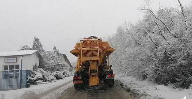 Общината започна да чисти стръмните участъци от снега