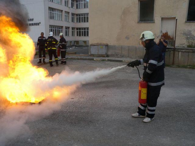 Пожарната влезе в училището в Трън
