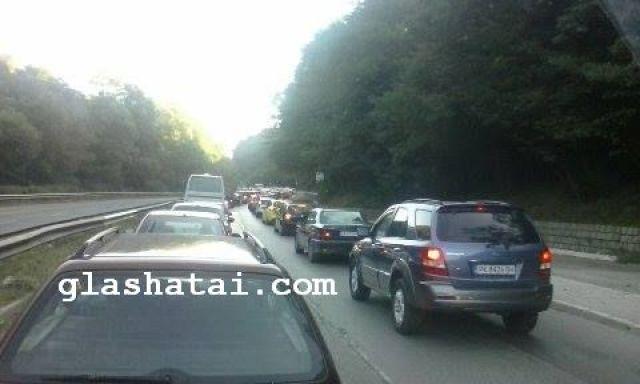Катастрофа затрудни движението на пътя Перник-София