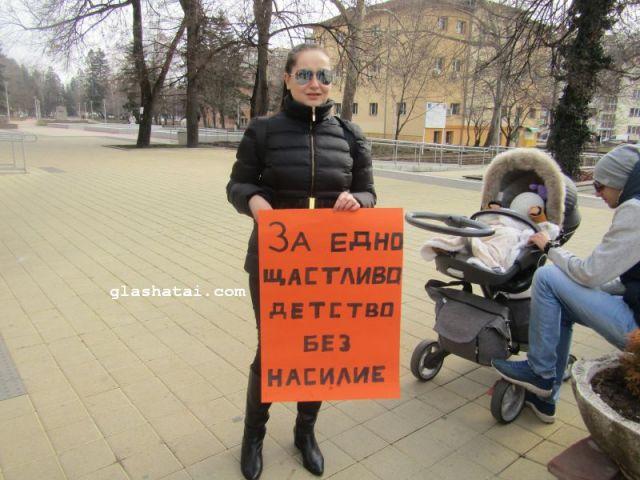 """Родители поискаха по-щастливо детство за децата си и обявиха """"Учители, ние сме с вас"""" /снимки от протеста/"""