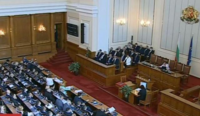 Депутатите се заклеха. Мика Зайкова с първа реч