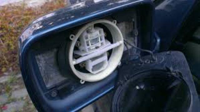 Ревнивец строши огледалото на колата на любовника на гаджето си