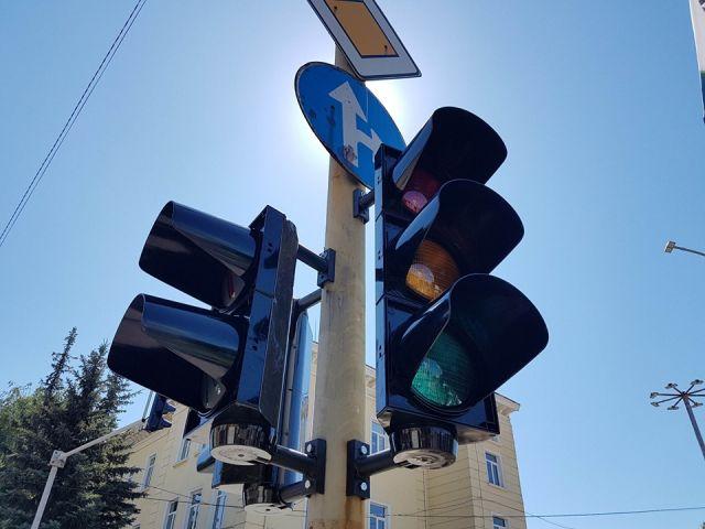 Смениха светофара при бившия Минен техникум