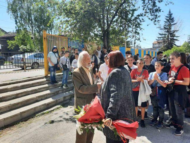 Почетен гражданин подари книги на пернишко училище