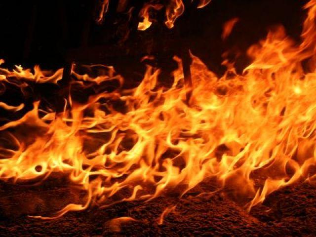 Камион пламна в движение на пътя при Драгичево