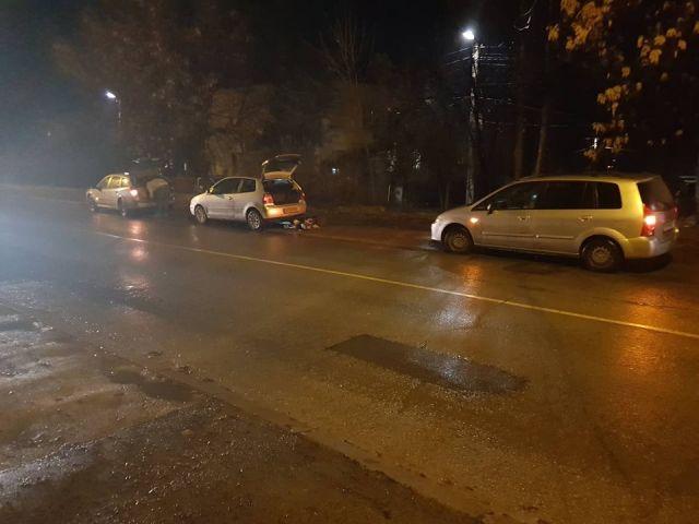 Дъжд, дупки и пукнати гуми на централна пернишка улица /снимки/