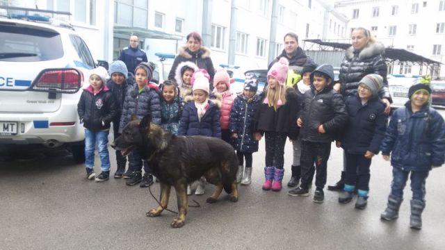 Деца на гости в полицията