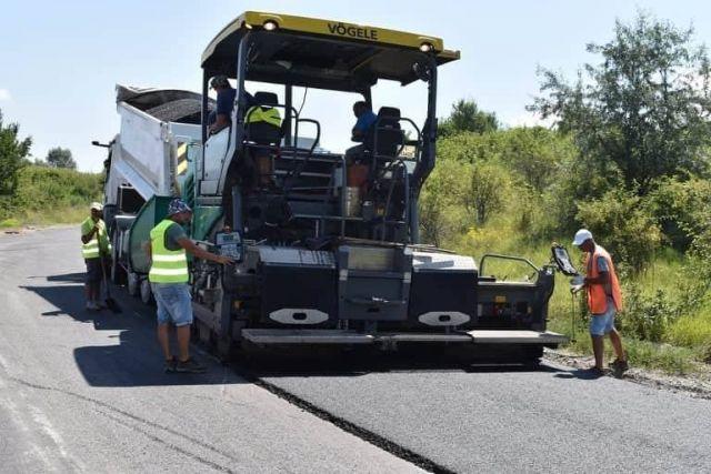 Полагат износващ асфалт на пътя на тръбата