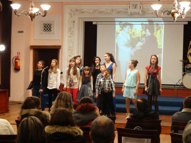 Ноемврийските музикални дни приключват с фолклорен концерт, в началото на декември пеят младите таланти на Перник