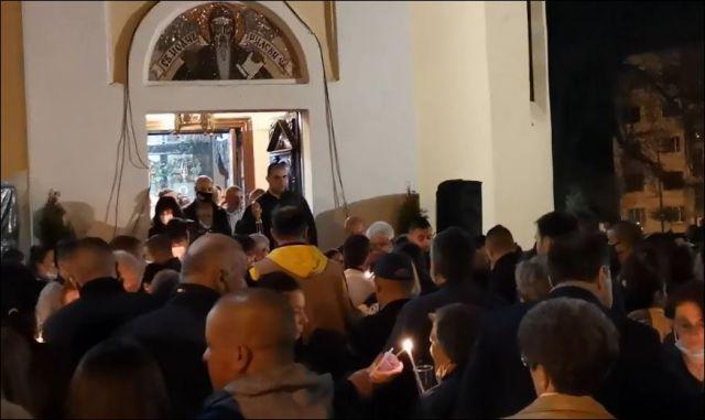 Тълпа без маски изпитва божията милост пред църквата в Перник