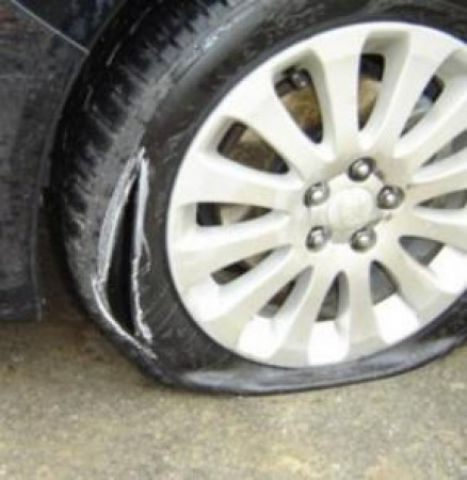 Тийнейджъри нарязали гумите на 16 коли в Радомир