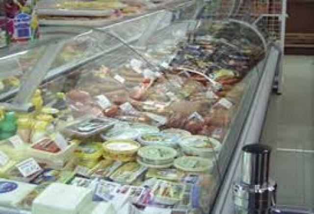Млада радомирка беше задържана докато краде храна от магазин