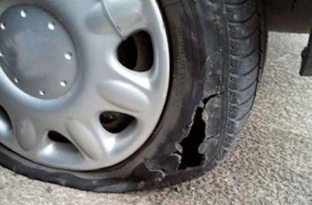 Нарязаха гумите на коли в Перник