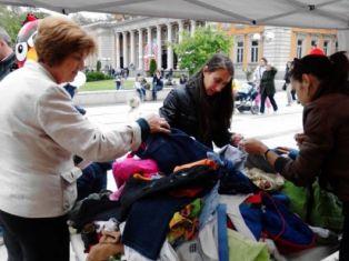 Младежи организират базар за детски дрешки и играчки по случай 1 юни