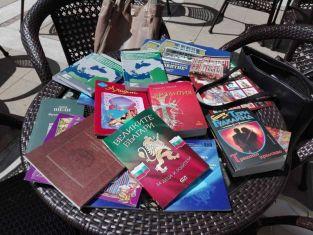 Младежи раздаваха книги в Перник
