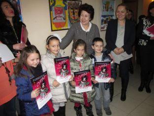 Пъстри детски рисунки пред кабинета на кмета