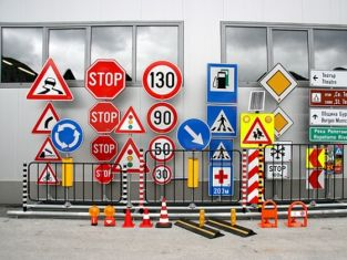 Депутати по следите  на пътните знаци в Пернишко