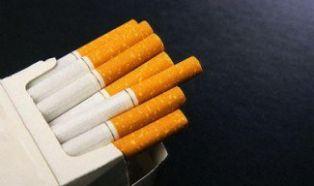 Възрастен пернчанин къта контрабандни цигари