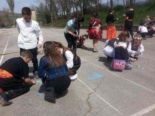 Деца се забавляваха в училищен двор