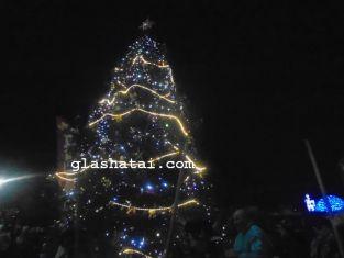 Светлините на елхите в Брезник и Трън грейват по едно и също време