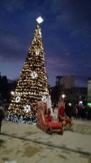 Коледната елха в центъра на Перник грейва днес