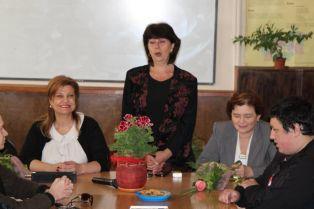 Соколова обяснява на абитуриентите как да управляват живота си