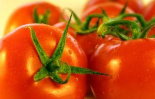 Перничанка подари градински домати на младите. Вижте защо го направи