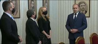 Стефанова прие и върна мандата. Президентът пак критикува правителството в оставка