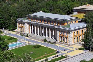 Библиотеката с витрина за годишнината на Перник
