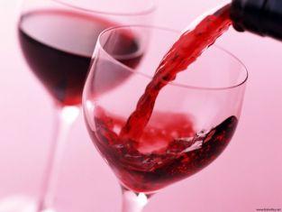 Чаша вино прави жените по-красиви
