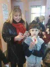 Дамите от ГЕРБ закичиха с мартеници деца в неравностойно положение!