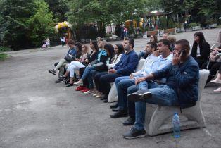 Млади хора гледаха кино под открито небе