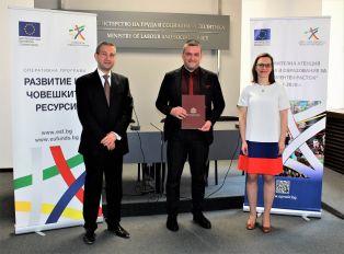 Двама зам.-министри връчиха договор за изпълнение на проект на Кръстев