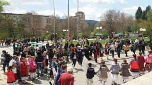350 човека се надиграват на Лазаровден в Перник /снимки/