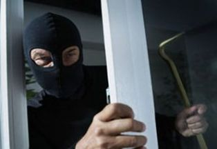 Радомирец пробва да краде в дома на перничанин. Спипаха го