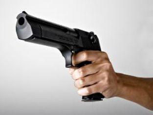Ужас! Тийнейдърки се плашат с пистолет