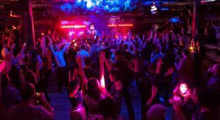 От средата на юни отварят барове и дискотеки