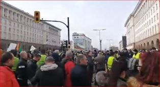Протестър зове за блокиране на пътища, в същото време- блокиран участък от Е-79