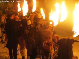 Огън, ритъм, звук и страшни маски. Вижте красивото пресъздаване на Сурвакарската традиция в пернишкия квартал Църква