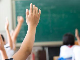 Дежурни учители пазят децата, докато родителите си ги приберат