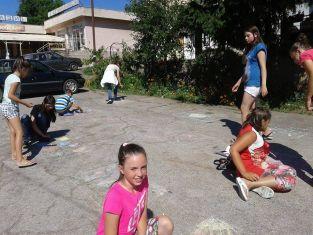 Малчугани от Брезнишко рисуваха на асфалт и показваха таланти