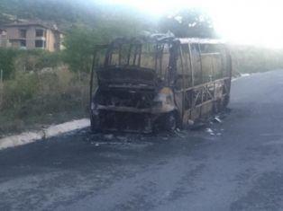 Автобус изгоря на пътя