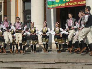 Пернишки ансамбъл играе пред българчета в Сърбия