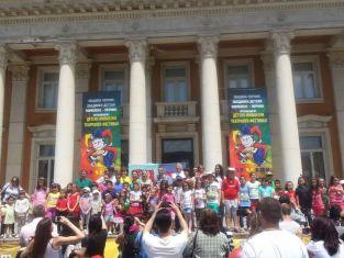 Деца се забавляваха пред Двореца
