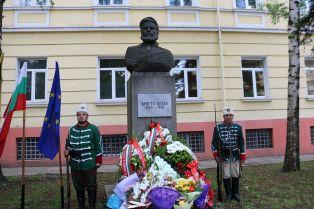 Много политици и малко граждани на поклонението пред Ботев в Перник  /снимки/