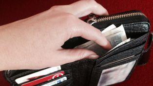 Подозират съпрузи в кражба на парите на разсеяна перничанка
