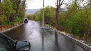 Снимка на бетониран в пътя стълб обиколи социалните мрежи