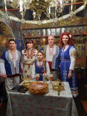 Кмет на пернишко село и местен партиен лидер си казаха ДА в народни носии
