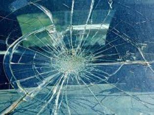 Млад мъж потроши стъклото на кола