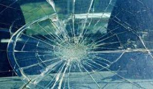 Перничанин помля стъкло на кола